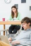 Junge Leute, die zu Hause arbeiten Stockfotos