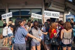 Junge Leute erhalten aufgeregt in Straße ` freiem Umarmung ` stockbild