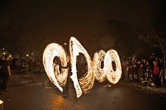 Junge Leute führen ein Feuerschauspiel nachts für das Publikum durch Lizenzfreie Stockfotos