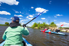 Junge Leute fahren auf einem Fluss in der schönen Natur Kayak Sonniger Tag des Sommers Stockfotos