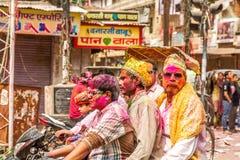 Junge Leute feiern Holi-Festival in Indien Stockbild