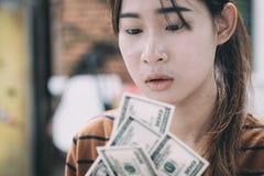 Junge Leute geben verfügbares Geld Lizenzfreies Stockfoto