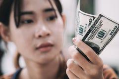 Junge Leute geben verfügbares Geld Stockbild