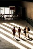 4 junge Leute gehen in Richtung zum Ausgang der Turbine Hall, Tate Modern, London Lizenzfreie Stockfotos