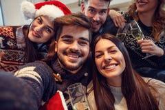 Junge Leute glücklich zusammen für neues Jahr lizenzfreies stockbild
