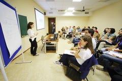 Junge Leute hören auf Lektor Lizenzfreies Stockfoto