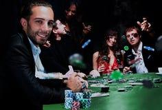 Junge Leute haben eine gute Zeit im Kasino Stockfotos