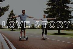 Junge Leute halten Arme auseinander Paare Love Story lizenzfreies stockfoto
