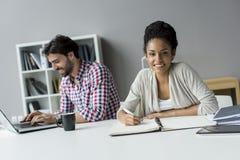 Junge Leute im Büro Lizenzfreie Stockfotografie