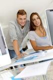 Junge Leute im Geschäftstraining Stockfotos