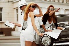 Junge Leute mit einer Karte. Stockfoto