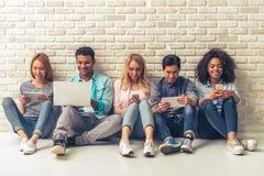 Junge Leute mit Geräten Stockbilder