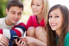 Junge Leute mit Handy Lizenzfreies Stockfoto