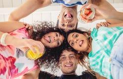 Junge Leute mit ihren Köpfen, die zusammen Spaß haben Stockbild