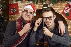 Junge Leute nahe dem Weihnachtsbaum Lizenzfreie Stockbilder