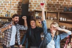 Junge Leute partying lizenzfreies stockfoto