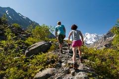 Junge Leute sind Trekking in den Hochländern von Altai-Bergen, Russi lizenzfreie stockfotografie