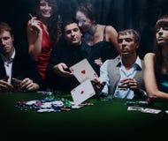 Junge Leute spielen Poker in einem Kasino Stockbild