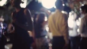 Junge Leute tanzen und haben Spaß Hochzeitsfest Viele Weingläser auf grüner Tabelle Discoball ist hell spinnend und glänzend Lang