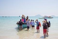 Junge Leute verschalen ein kleines vietnamesisches Boot Lizenzfreies Stockfoto