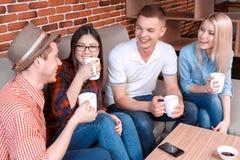 Junge Leute, welche auf die Bestellung in einem Café warten Stockfotos