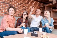 Junge Leute, welche auf die Bestellung in einem Café warten Stockbild