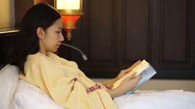 Junge Leute zu Hause, Freizeit und entspannen sich, Porträt des schönen asiatischen Mädchenlesebuches stock video footage