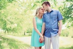 junge liebende lächelnde Paare, die zusammen gehen stockfoto