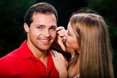 Junge Liebespaare, die draußen lächeln lizenzfreie stockfotografie