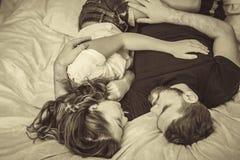 Junge Liebespaare im Bett stockbilder
