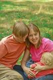 Junge liebevolle Familie in der Natur Stockfoto