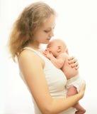 Junge liebevolle Mutter, die schlafendes Kind hält Lizenzfreie Stockfotos
