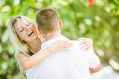 Junge liebevolle Paare auf natürlichem Hintergrund stockfotos
