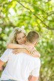 Junge liebevolle Paare auf natürlichem Hintergrund stockbilder