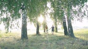 Junge liebevolle Paare in der Natur im Sommer auf einem Hintergrund von Blättern stock video footage
