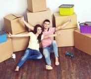 Junge liebevolle Paare, die auf ein neues Haus sich bewegen Ausgangs- und Familienkonzept stockbilder