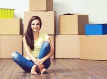 Junge liebevolle Paare, die auf ein neues Haus sich bewegen Ausgangs- und Familienkonzept lizenzfreie stockfotos