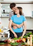 Junge liebevolle Paare, die zusammen kochen Lizenzfreies Stockfoto