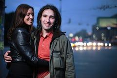 Junge liebevolle Paare in einer Stadt Lizenzfreies Stockfoto