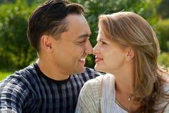Junge liebevolle Paare vertraulich draußen Lizenzfreie Stockbilder