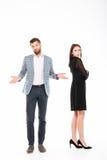 Junge liebevolle Paarstellung der Handlung lokalisiert lizenzfreies stockfoto