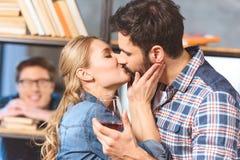 Junge liebevolle Paarumarmung und -c$küssen Lizenzfreies Stockfoto