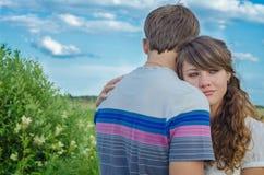 Junge liebevolle umfassende und lächelnde Paare Lizenzfreies Stockbild