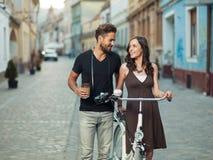 Junge Liebhaber in der Stadt Lizenzfreie Stockfotos