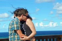 Junge Liebhaber, die am tropischen Inselfeiertag umfassen Lizenzfreie Stockfotografie