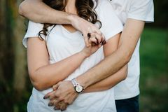 Junge Liebhaber passen zusammen, gehalten von den Händen vor dem hintergrund des natur stockfotografie