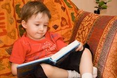Junge liest Buch lizenzfreie stockfotografie