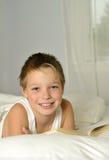 Junge liest ein Buch Stockfoto
