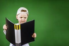 Junge liest einen Ordner mit Papieren Stockfotos