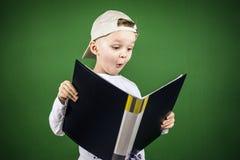 Junge liest einen Ordner mit Papieren Stockbild